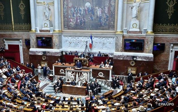 Во Франции депутатам парламента запретили брать на работу родственников