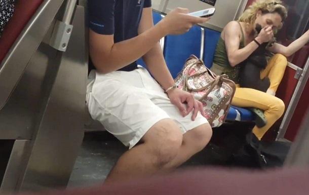 У метро Торонто жінка покусала собаку