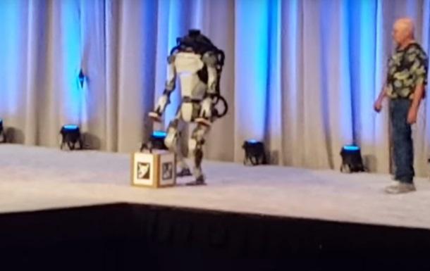 Робот Atlas упал со сцены во время демонстрации