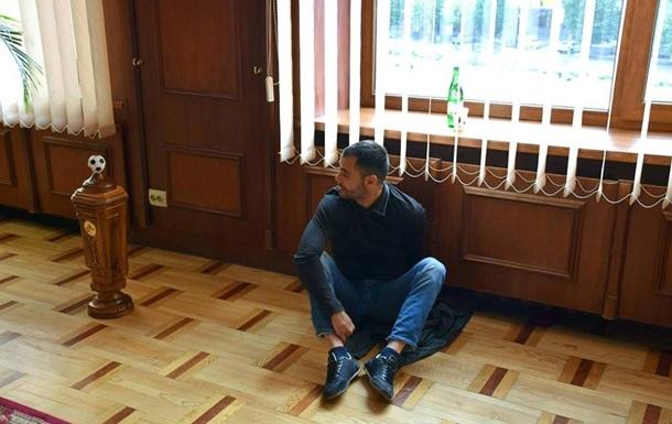 На Прикарпатье депутат приковал себя наручниками к батарее в кабинете мэра