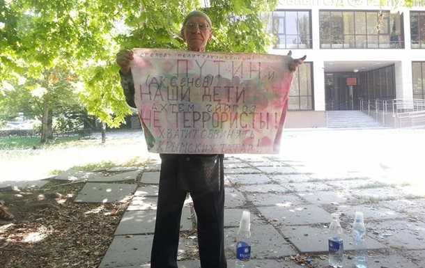Под Верховным судом Крыма задержали крымскотатарского активиста