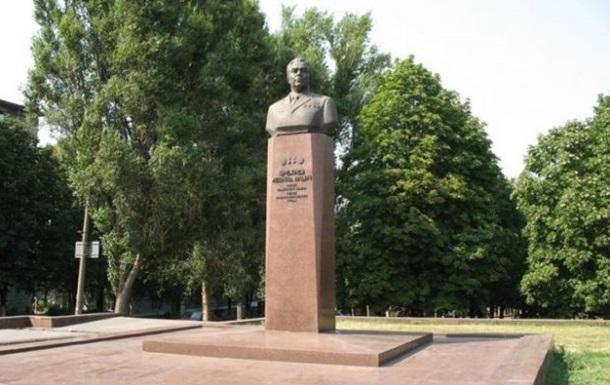 У Кам янському вимагають знести пам ятник Брежнєву
