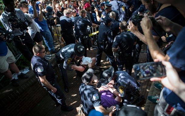 В США авто влетело в толпу протестующих