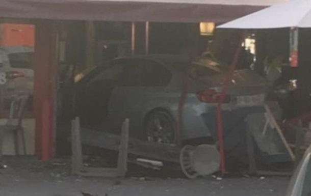 Автомобиль протаранил кафе в пригороде Парижа