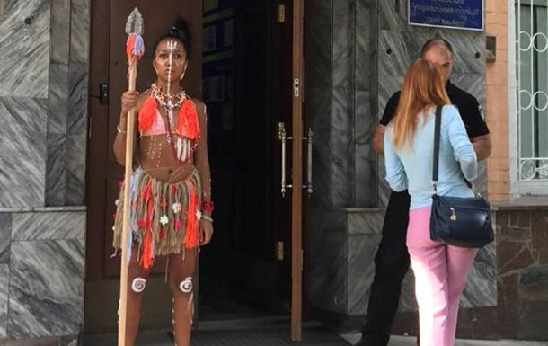 Активістка Femen прийшла на допит зі списом