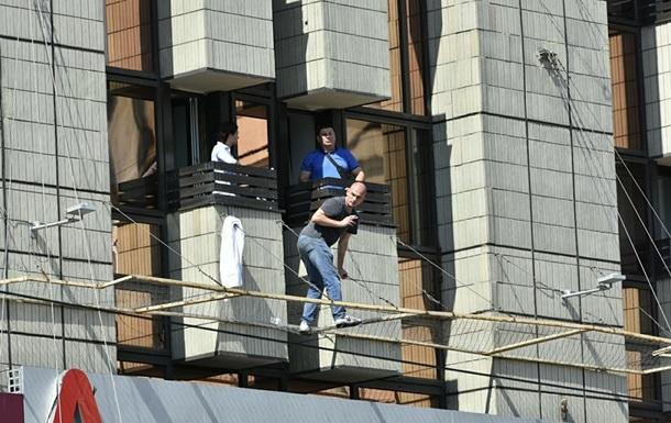 Мужчина на Крещатике передумал прыгать с отеля