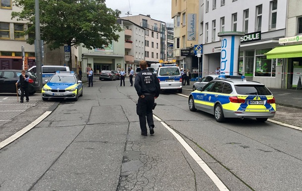 У Німеччині з ножем напали на перехожих