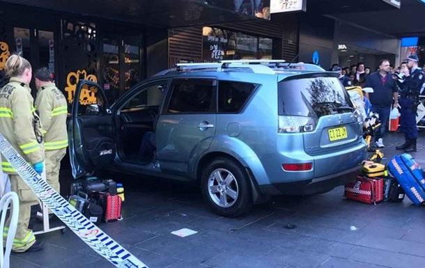 У Сіднеї авто влетіло в перехожих, є постраждалі