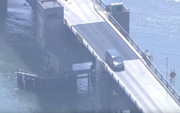 В США авто перескочило через разведенный мост