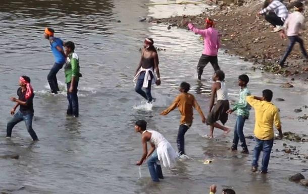 На фестивале метания камней в Индии пострадали почти 500 человек