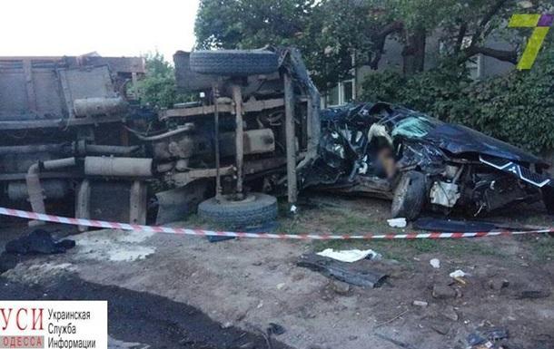 В Одессе столкнулись мусоровоз и внедорожник: двое погибших