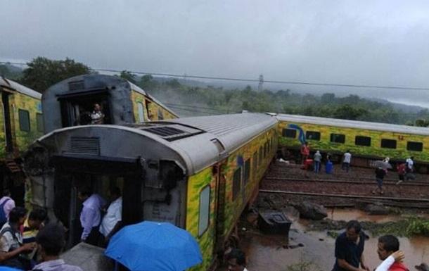 В Индии перевернулись семь вагонов пассажирского поезда