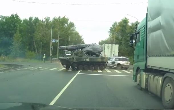 В России БМД влетела в автомобиль