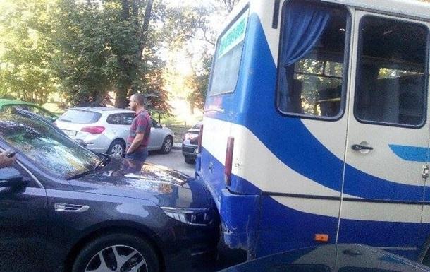 Журналісти потрапили в ДТП дорогою на зустріч з Порошенком