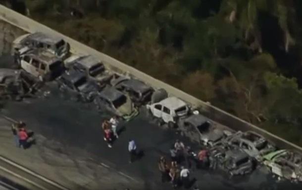 У Бразилії в ДТП згоріли десятки машин: є жертви