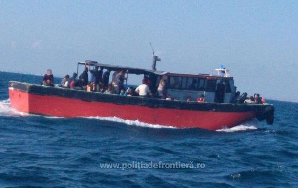 У берегов Румынии задержали судно с 87 мигрантами