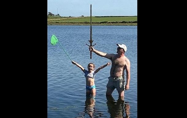 Школьница нашла в озере  меч короля Артура