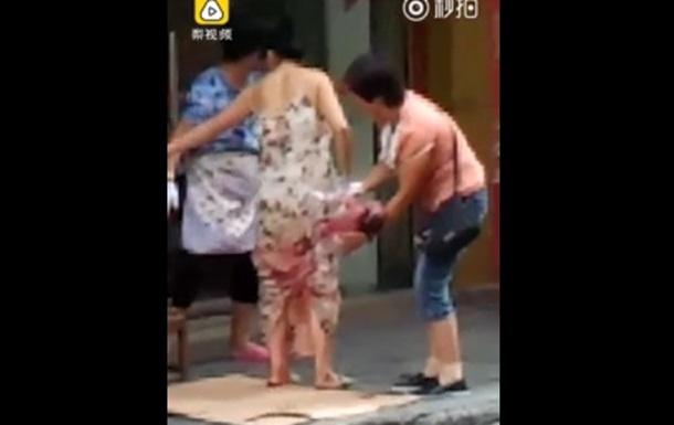 Китаянка народила в дорозі і пішла далі з немовлям і покупками