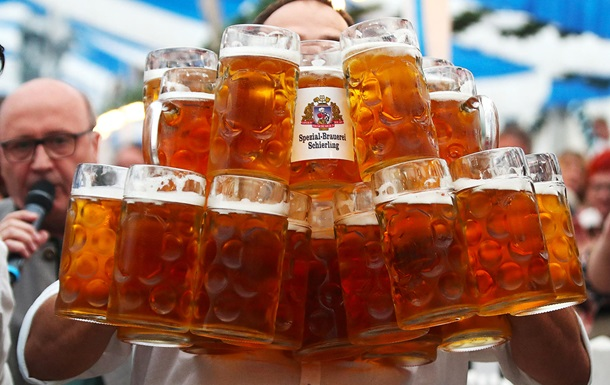 Немецкий официант поднял и пронес 29 кружек пива