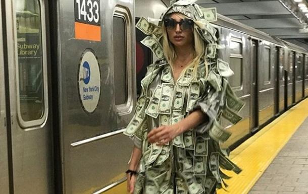 Модель Playboy проехала в метро в платье из денег