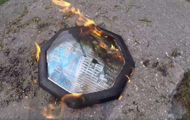 В Одессе сожгли часы с российской символикой