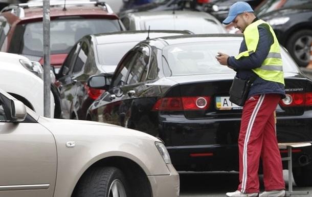 В Киеве появились поддельные парковщики