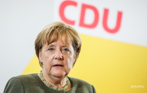 СМИ: Автомобиль Меркель закидали помидорами