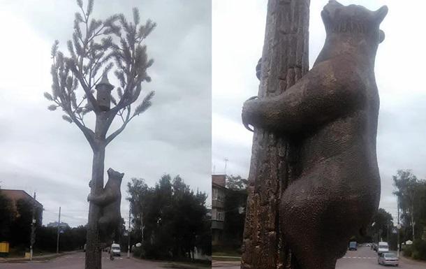 На Чернігівщині встановили скульптуру ведмедя на сосні