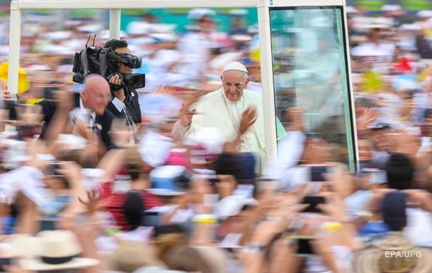 Папа Римский рассек бровь во время поездки на авто