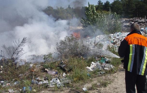 В Киевской области возник пожар на мусорной свалке