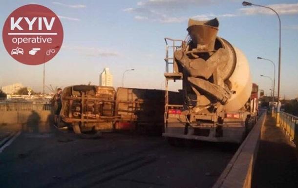 В Киеве на Петровке столкнулись два грузовика