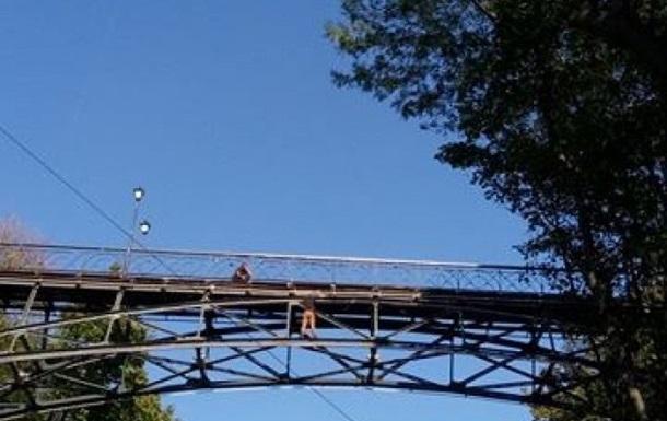 В Киеве мужчина угрожает прыгнуть с Моста влюбленных