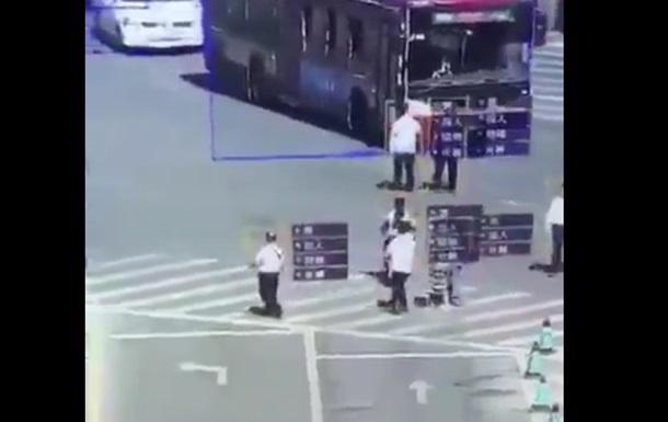 Повсеместную слежку за жителями Китая сняли на видео