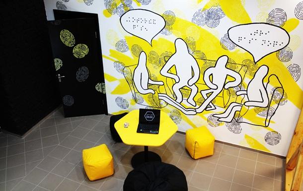 У Києві відкриється виставка, де експонати не можна побачити, але їх можна торкатися