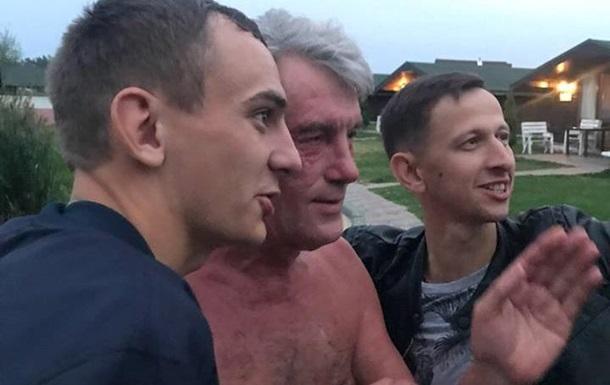 Под Киевом встретили полуголого Ющенко