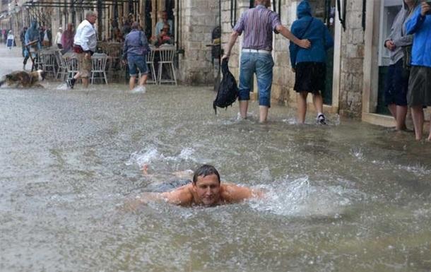 В Хорватии турист проплыл по затопленным улицам