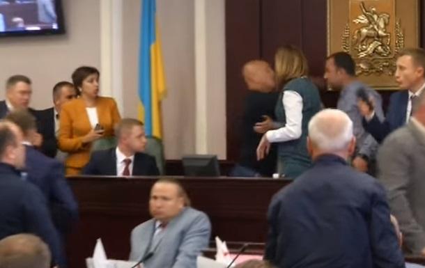 У мережу виклали відео бійки депутатів Київоблради