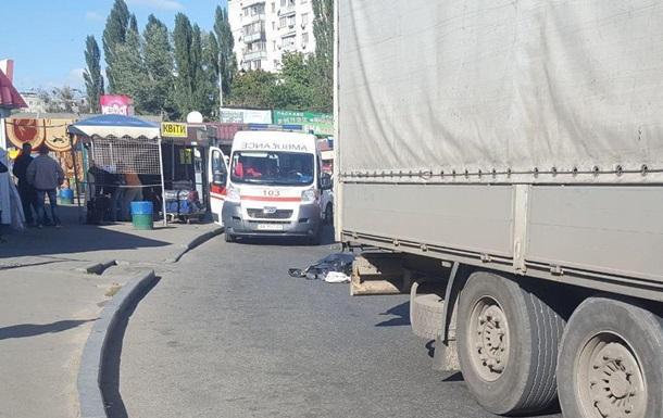 В Киеве женщина погибла под колесами фуры