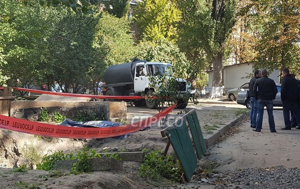 Во дворе Киева нашли обезглавленный труп