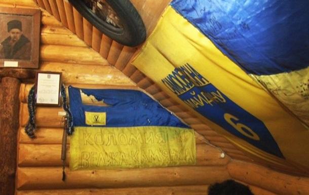 У кафе на Прикарпатті п яні зірвали зі стін прапори України