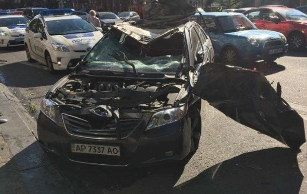 У центрі Києва Toyota влетіла у припарковані авто: п ять машин розбиті
