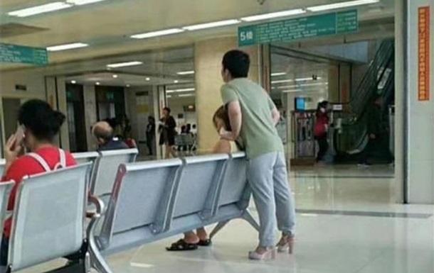 Измученная каблуками девушка поменялась обувью с парнем