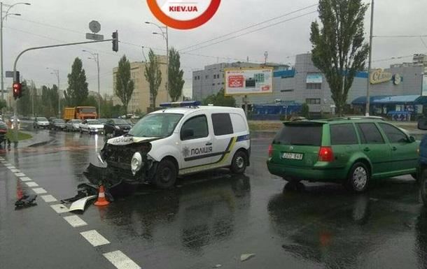 У Києві поліцейські розбили машину