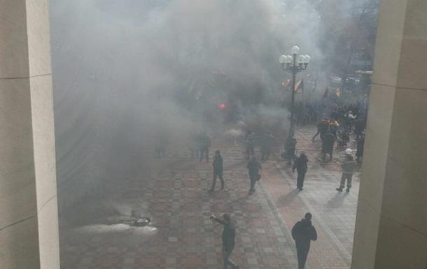 Під Радою активісти палять шини і шашки