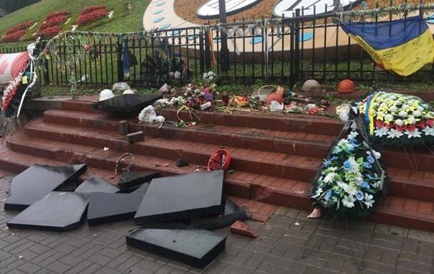 У Києві вандал потрощив пам ятник Небесній сотні