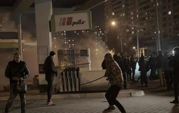 Зіткнення біля АЗС у Києві: постраждали сім копів