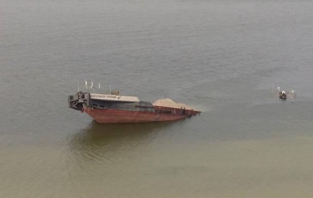 На Каховском водохранилище утонула баржа с нефтью