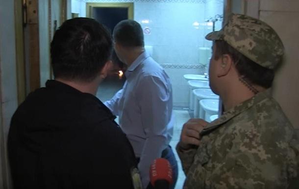 З явилося відео, як Левченко запалив димову шашку в туалеті Ради