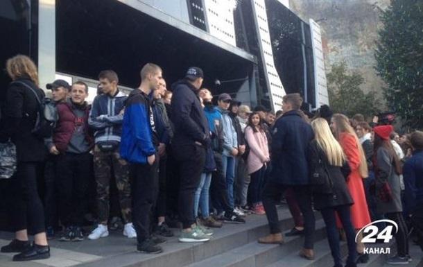 Во Львове активисты блокируют концерт Бабкина: начались столкновения