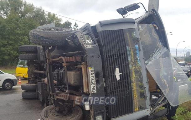 В Киеве из-за перевернувшегося грузовика образовались пробки